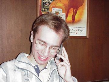 Robert Němec telefonující a smějící se