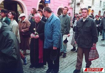 Arcibiskup Otčenášek se účastní Pochodu