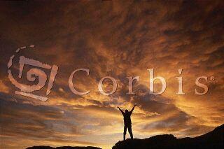 Ilustrační foto: člověk stojící proti rozbouřenému nebi