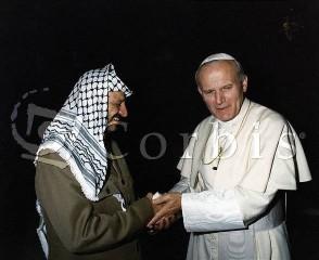 Papež při setkání s Jásirem Arafatem