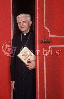 Joseph kardinál Ratzinger s Katechismem Katolické církve v ruce