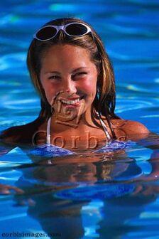 Ilustrační foto: plavající dívka