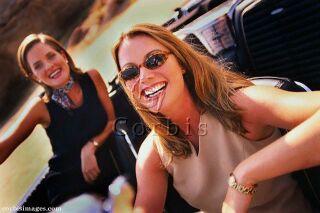 Ilustrační foto: ženy řídící kabriolet