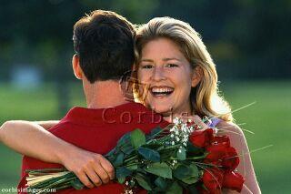 Ilustrační foto: žena objímající muže